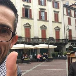 Troupe di «Striscia» a Bergamo... per il caffè