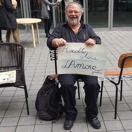 Bastano due sedie e un sorriso L'uomo che raccoglie storie d'amore