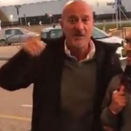 Bisio «siparietto» all'aeroporto di Orio Improvvisa una canzone con due scout