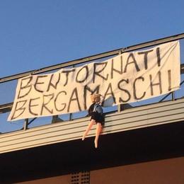 «Bentornati bergamaschi» Macabra sorpresa lungo l'A4
