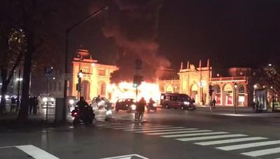 In fiamme la giostra dei bimbi in centro