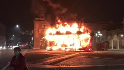 In fiamme la giostra in centro a Bergamo