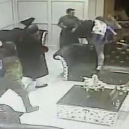 Assalto   in un ristorante a Liverpool Volto coperto, cinture in mano – Il video