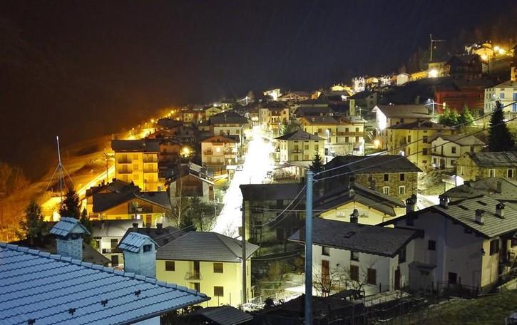 Primi fiocchi di neve nelle valli  Atmosfera magica, strade imbiancate