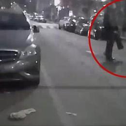 Litiga con un tassista a Milano e gli stacca a morsi il lobo dell'orecchio