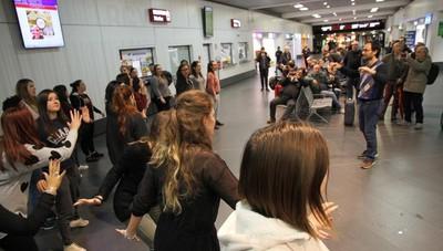 Flash mob degli Harmonici in aeroporto Il coro strega i passeggeri – Il video