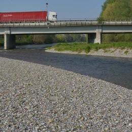Bagno fuori stagione nel fiume Serio Carabiniere si lancia e arresta un ladro