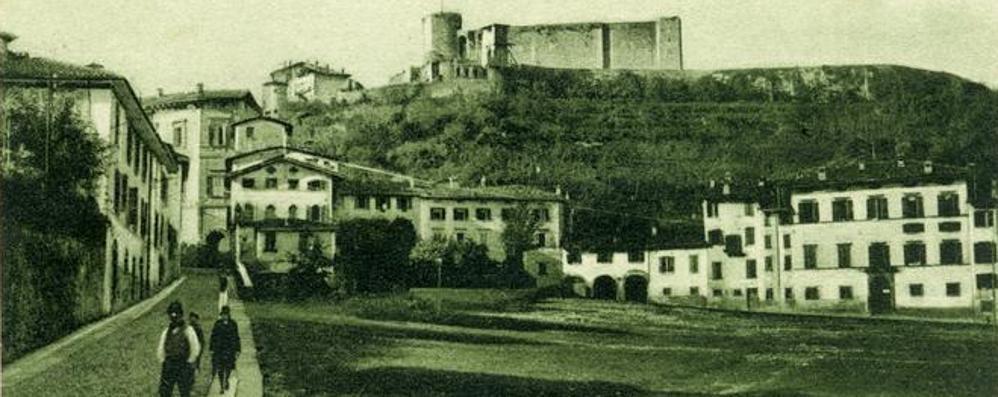 Il prato della Fara e la Rocca «svelata» Un cartolina racconta gli anni Trenta