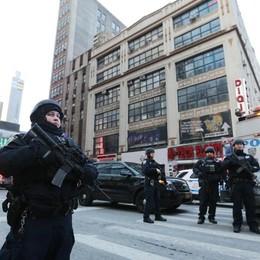 NY, esplosione alla stazione dei bus «4 feriti, arrestato uomo ispirato all'Isis»