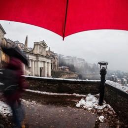 La neve, la Porta e l'ombrello rosso