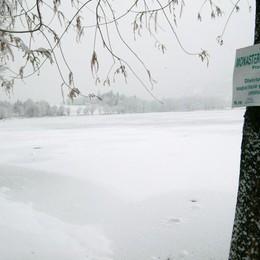 Lago gelato, niente divieti di accesso I sindaci: «Ormai sono inutili»