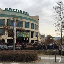 Carnevali chiude i battenti Folla all'assalto per la svendita