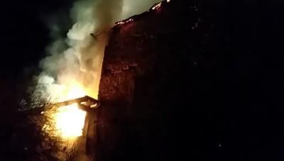 Tetto in fiamme a Vall'Alta di Albino
