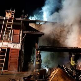 Tetto in fiamme a Vall'Alta di Albino In azione i Vigili del Fuoco- Foto/Video