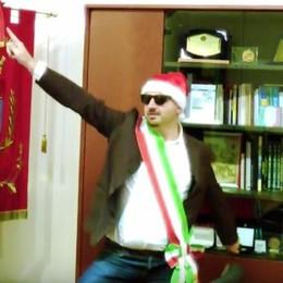 Babbo Natale con la fascia tricolore Ad Alzano il sindaco fa gli auguri in video