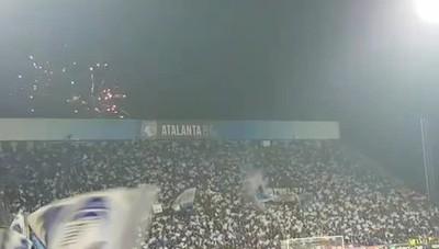 La coreografia dei tifosi atalantini Migliaia di bandiere e fuochi artificiali