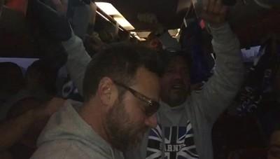 L'entusiasmo dei tifosi atalantini In pullman parte la «sciarpata» - Video