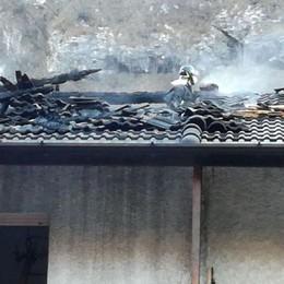 Un altro incendio in Val Seriana Brucia tetto di una casa a Gromo