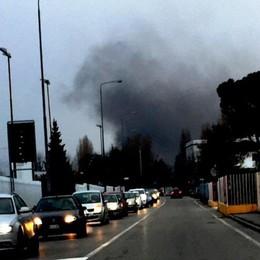 Furgone in fiamme a Gorle – Video Colonna di fumo visibile a chilometri