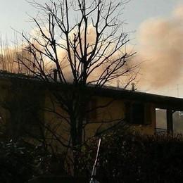 Alta colonna di fumo nero Brucia un tetto a Villa di Serio -Foto