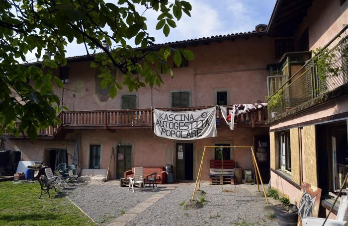 CASCINA VIA PONCHIA occupata a Bergamo