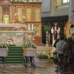 Quattro comunità unite nel dolore L'ultimo saluto a Simone e Roberto