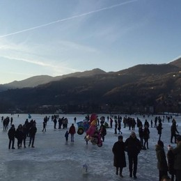 Un mese sul lago gelato  tra brividi e affari d' oro
