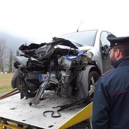 Perde il controllo ed esce di strada Piario, auto semidistrutta contro un palo