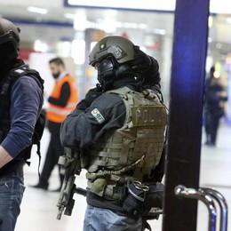 Dusseldorf, attacco in stazione: 7 feriti La polizia: «Non è terrorismo»  - Video