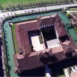 Pagazzano,fossato e ponte levatoio Il fascino del castello visto dal drone