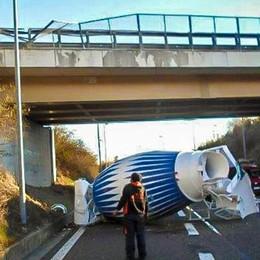 Betoniera caduta dal ponte a Presezzo L'autista se la cava con 90 euro di multa