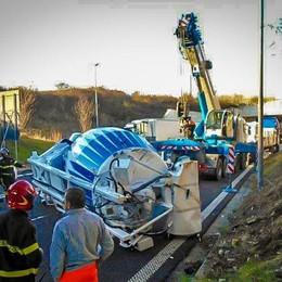 Tutte le foto della betoniera caduta I lettori:  curva pericolosa - Video