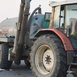 Con la moto finisce contro un trattore  Schiacciato dalla ruota, muore 49enne