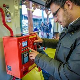 Emettitrice rotta sull'autobus? «Scendi a comprare il biglietto»