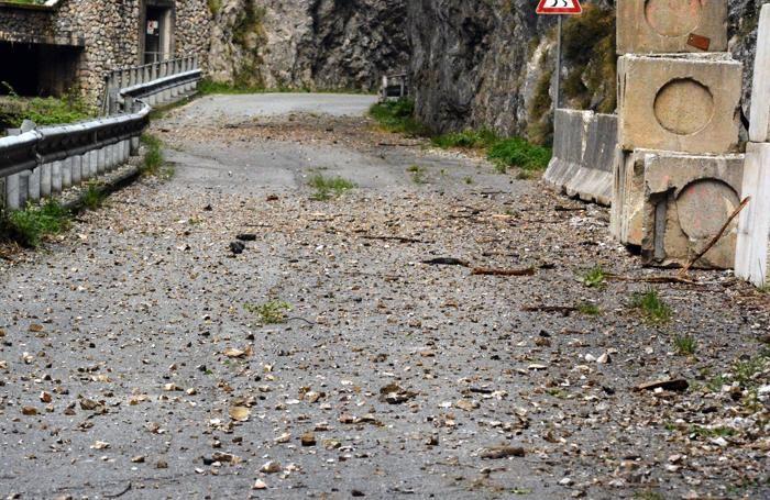 La caduta di pietre sulla strada