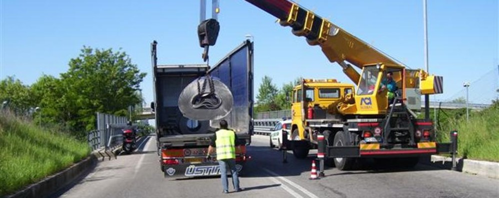 Dopo la betoniera, la maxi bobina Non c'è pace sull'Asse interurbano
