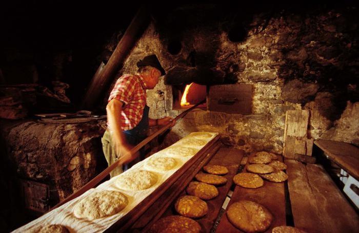 Preparazione del pane nel forno di un antico maso in Alto Adige