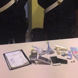 Smerciavano droga dalla finestra di casa Osio Sopra, arrestati due incensurati