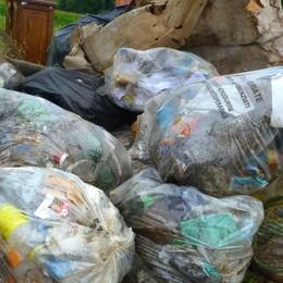 Giro di vite sui furbetti dei rifiuti A Seriate in arrivo le fototrappole
