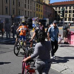 Bergamo, curiosi e turisti  - Video   Ma non si cambia marciapiede - Foto