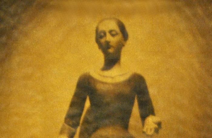 Un dettaglio di un'opera di Mariella Bettineschi: «Donna vestita di luce»
