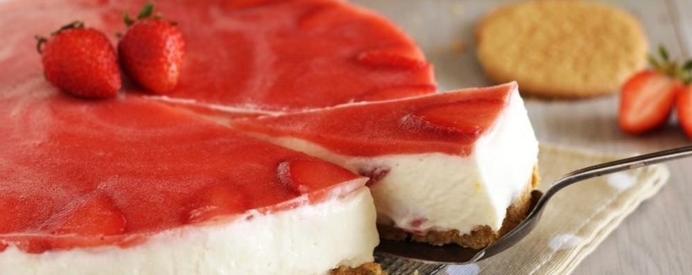 Torta al formaggio fresco e fragole Un dolce classico, ma gustoso