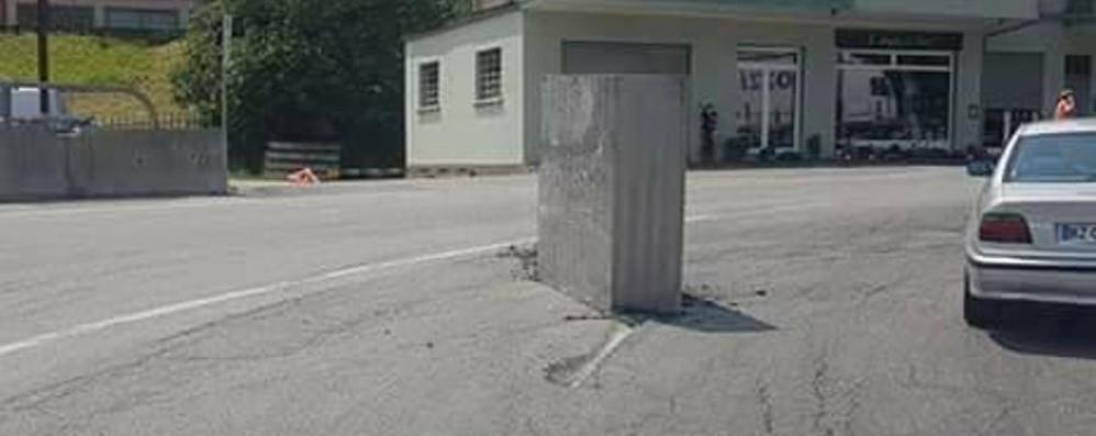 Blocco d'acciaio cade da Tir Tragedia sfiorata a Cisano