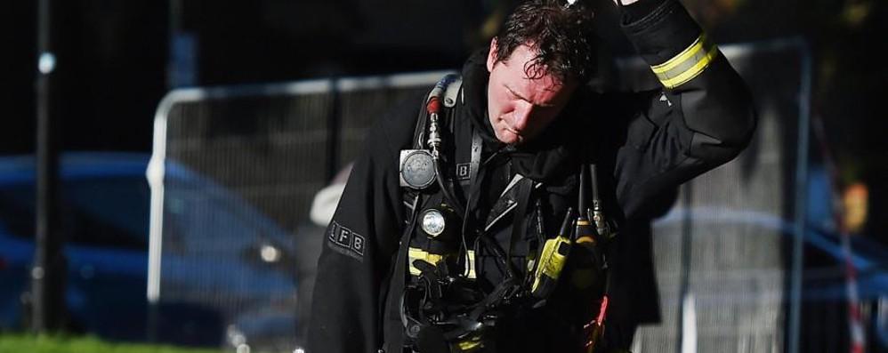 «C'è chi si è lanciato nel vuoto» - Foto Inferno di fuoco: morti e feriti a Londra