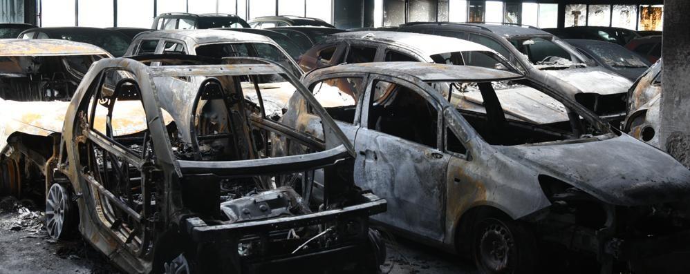 Grassobbio, brucia parcheggio In fiamme 45 automobili - Video