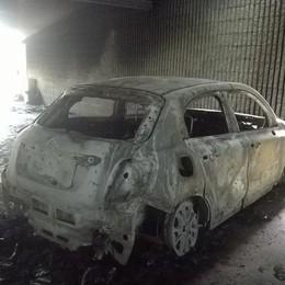 «A noi bruciate 4 auto, sale la paura» Un altro incendio  in un parcheggio