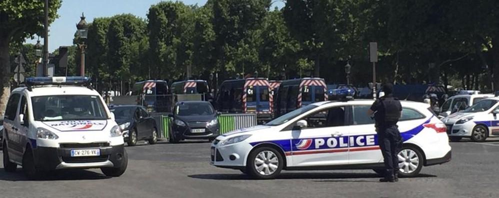 Parigi, auto contro furgone della Polizia «Atto terroristico» sugli Champs Elysées