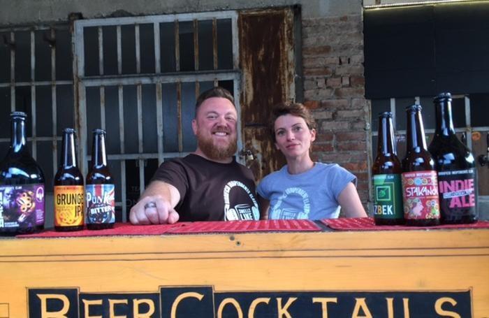 Il barman Fabio Gabrielli con la direttrice del servizio Marta Vacante.