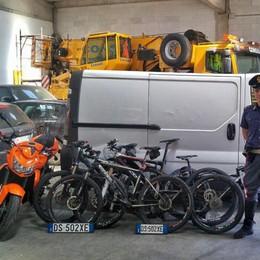 Ladri maldestri, rubano moto e biciclette Ma il furgone rimane senza benzina