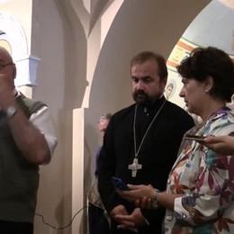 L'abbraccio del vescovo alla Chiesa ortodossa